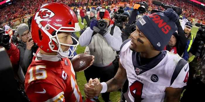 kc chiefs qb patrick mahomes shaking hands with houston texans qb deshaun watson