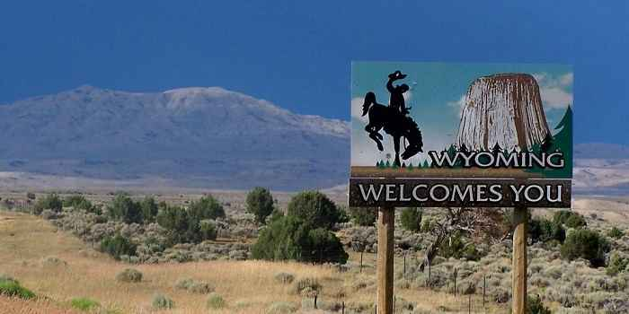 welcome to wyoming sign saying wyoming welcomes you